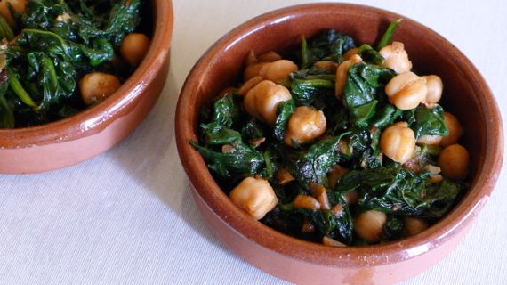Spanish Food: Espinacas con Garbanzos