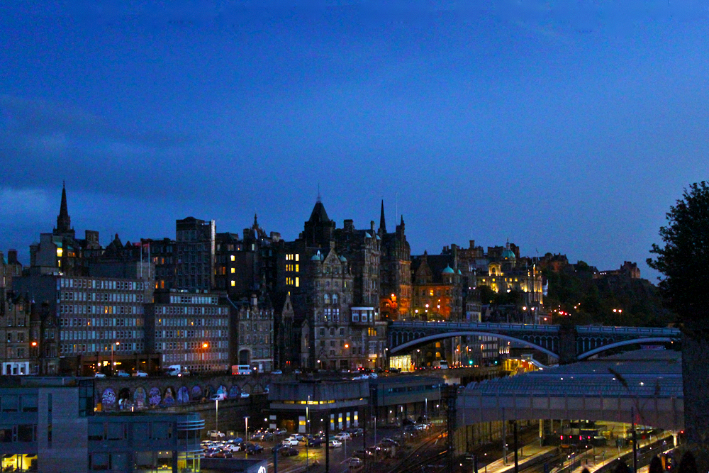 edinburgh-city-at-night