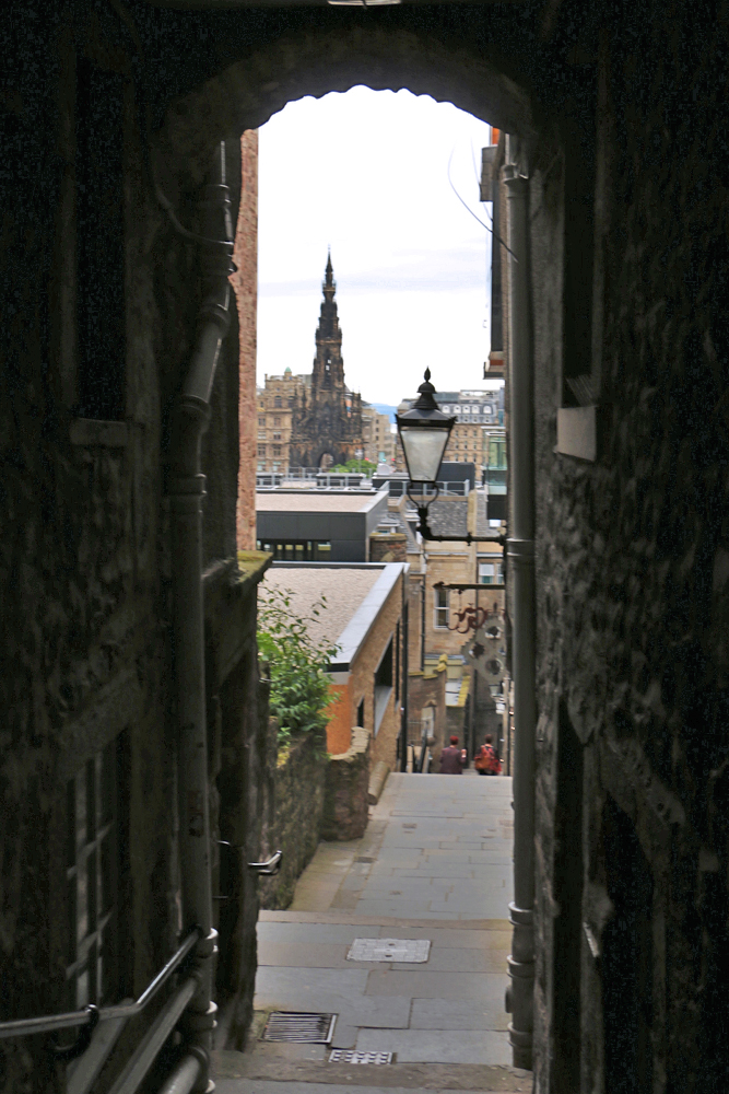 edinburgh-closes-view-of-city