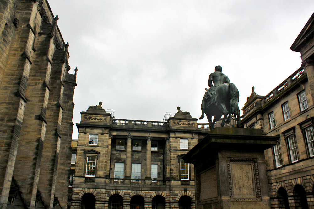 horse-statue-parliament-square-edinburgh