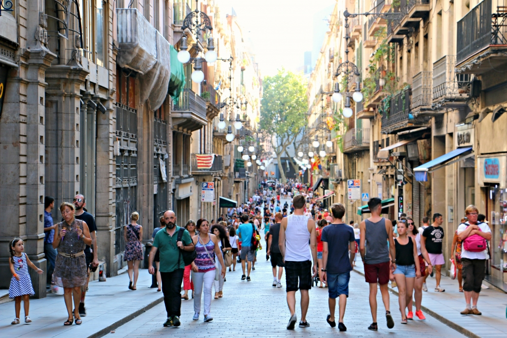barcelona-gothic-quarter-tourists